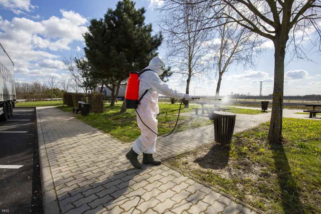 A Magyar Közút Nonprofit Zrt. munkatársa hulladékgyűjtőt fertőtlenít Zala megyében az M70-es autópálya csörnyeföldi pihenõjénél 2020. március 10-én.