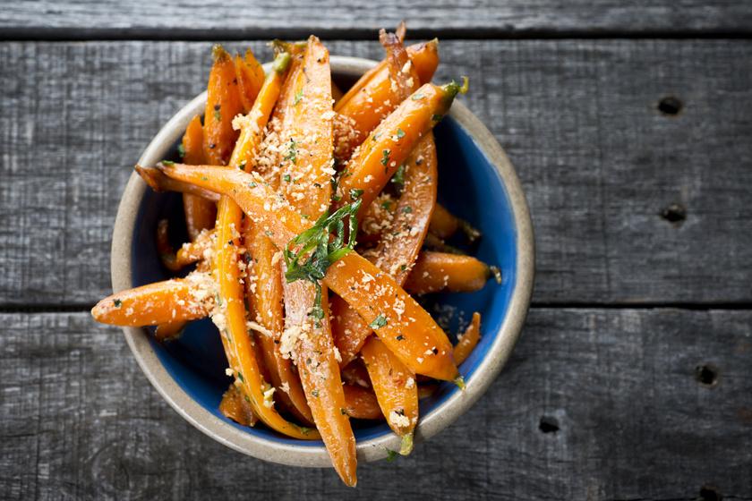 Fűszeres, parmezános sült répa: a sütőben mézédesre sül