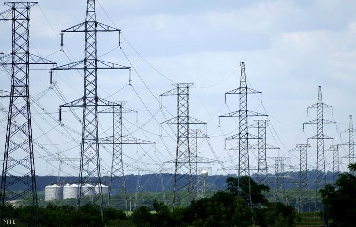 A Paksi Atomerőmű által megtermelt villamos energiát az országos hálózatba szállító magas feszültségű elektromos távvezetékek oszlopsorai az erőmű szomszédságában.