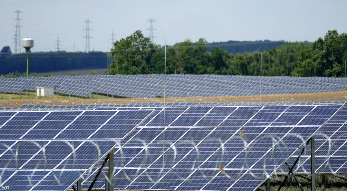 Magyarország legnagyobb kapacitású naperőműve Paks csámpai kerületében. A megújuló energiaforrás évente 222 gigawatt/óra villanyáram előállítására képes amely 8500 háztartás azaz több mint 20 ezer ember villamosenergia-igényét képes fedezni.