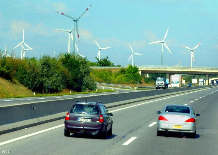 Villamos energiát termelő szélerőművek az A4-es autópálya mentén