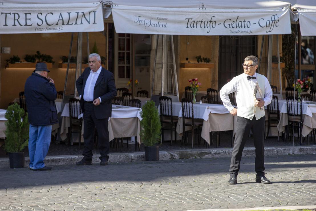 Néptelenek a vendéglátóhelyek a koronavírus miatt Róma belvárosában 2020. március 4-én.