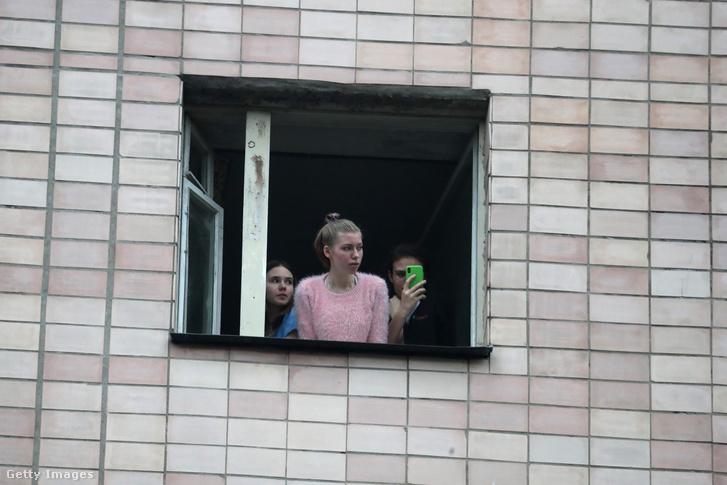 Egy karantén alá helyezett épület ablakából fiatalok néznek ki Szentpéterváron 2020. március 5-én.