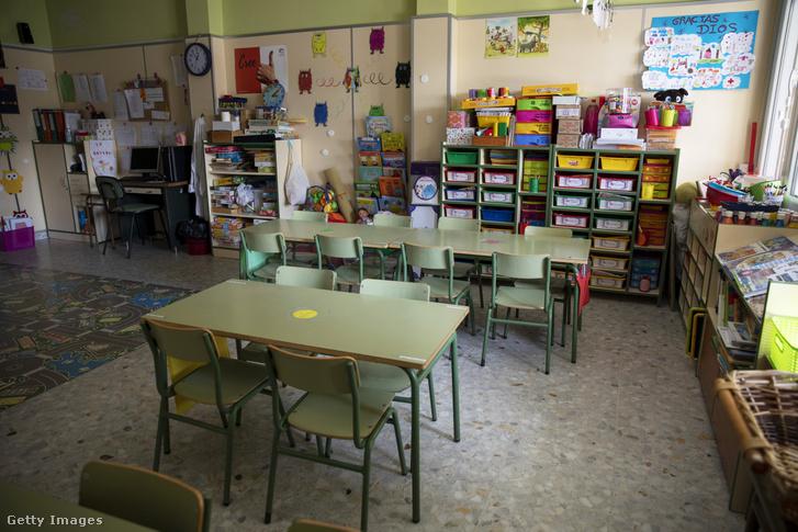 A koronavírus miatt üres osztályterem Madridban