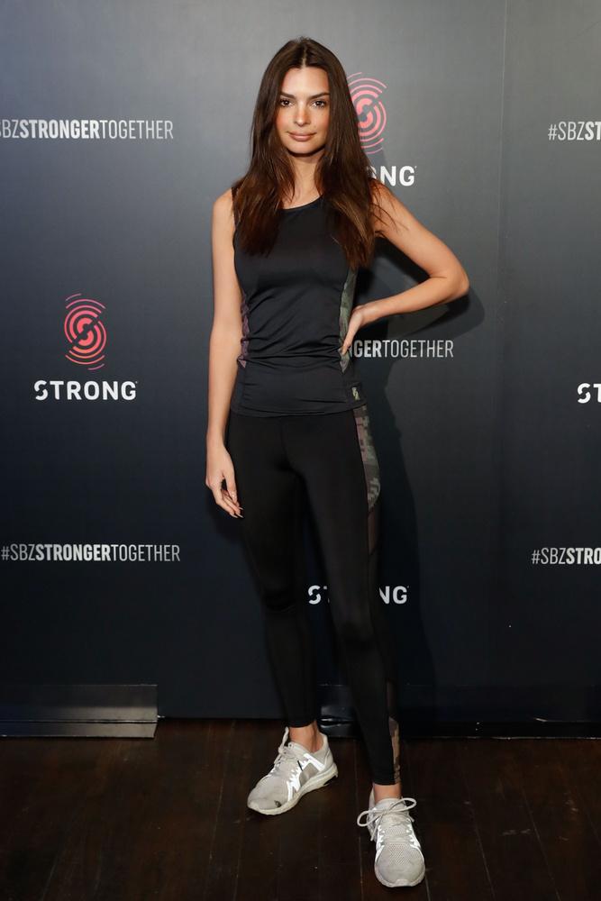 Emily Ratajkowski is tiszteletét tette az eseményen, bár az arckifejezése olyan, mintha kissé feszülten érkezett volna.