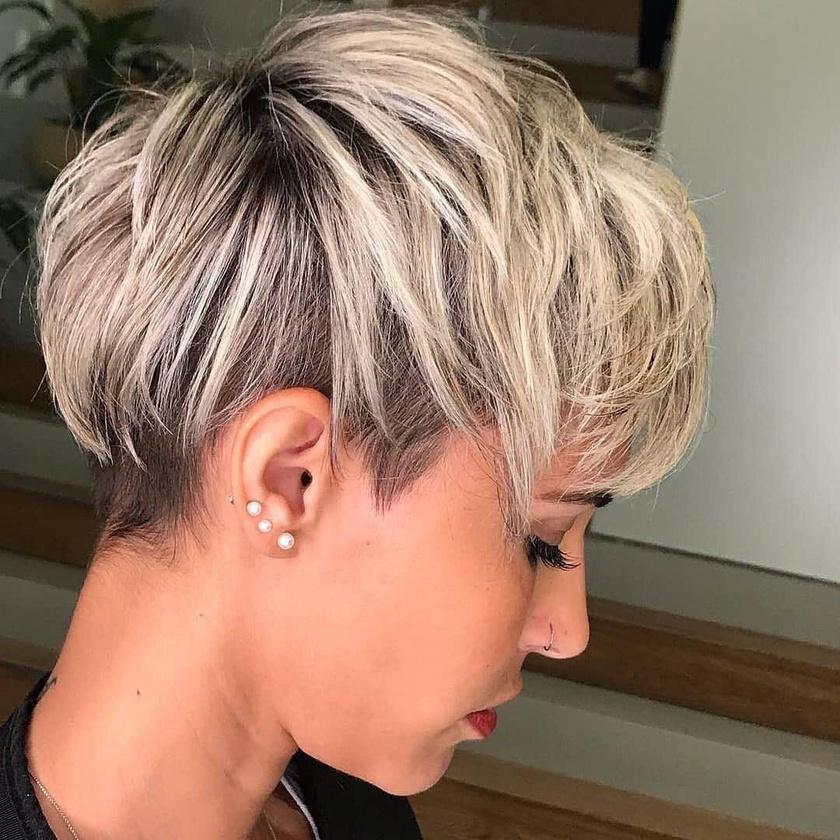 Rövid hajból a felül és hátul kissé hosszabb, elöl oldalra húzott frufruval kiegészített pixie-fazonok a legtrendibbek most.