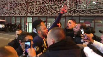 Ennyi értelme van a zárt kapunak: meccs után a szurkolók között ugrált a PSG-játékos