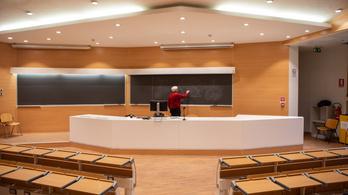 Sorra zárják be az iskolákat Európában