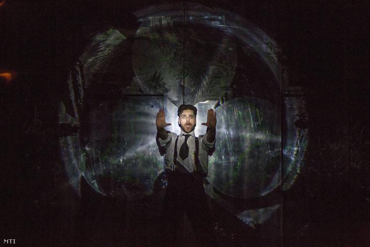 Telekes Péter Azazello szerepében Mihail Bulgakov A Mester és Margarita című előadásának fotóspróbáján a Vígszínházban 2014-ben