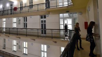 Péntekig el kell hagyniuk az egyetemi kollégiumokat a magyar hallgatóknak