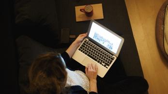 Tízesével veszik a magyar cégek a laptopokat