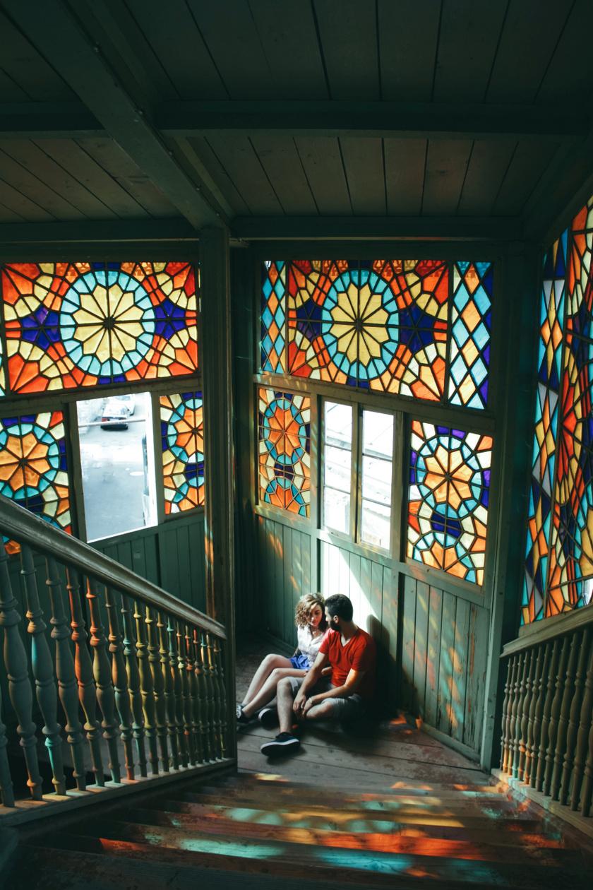 Egyszerűen gyönyörű, ahogy a szivárványszínű fények körbeölelik a lépcsők között megbúvó szerelmespárt. A fotó a grúziai Tbilisziben készült.