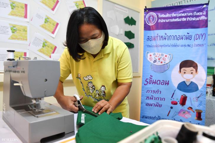 Egy nő vesz részt egy thaiföldi workshopon, ahol megtanulják hogyan készítsenek arcmaszkot a koronavírus ellen Bangkokban 2020. március 9-én