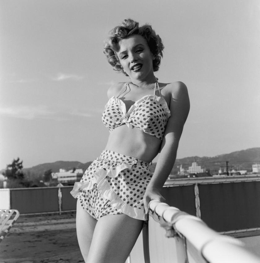 Marilyn Monroe pöttyös bikinijében nagyon dögös nő volt.