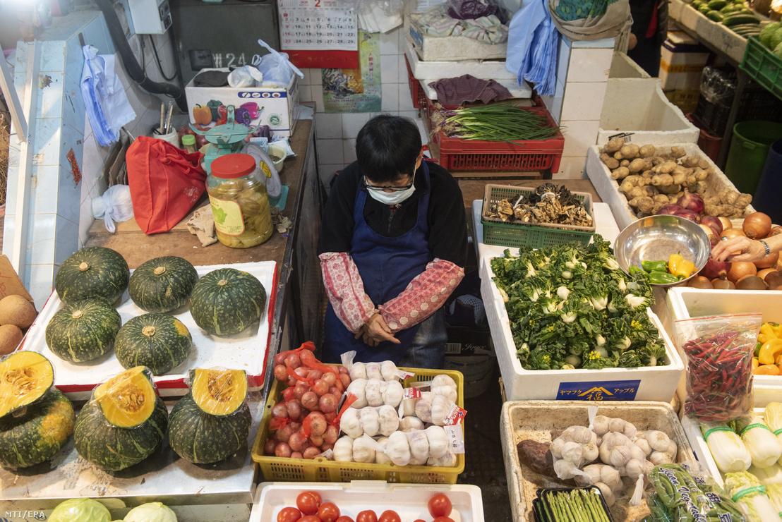 Árus egy hongkongi zöldségpiacon