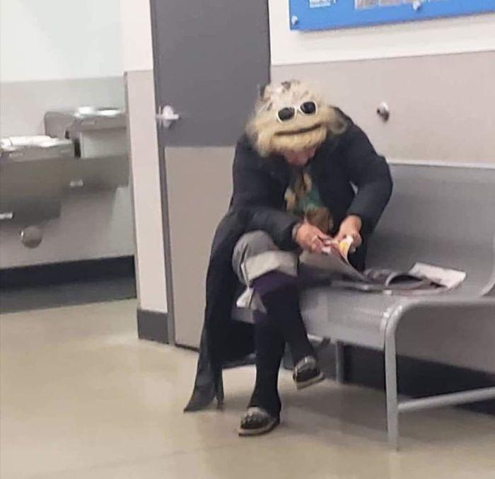Ilyen az, amikor jókor vagy jó helyen: a fotó készítője egy Muppet-figurát fedezett fel, amint a nő lehajtotta a fejét.