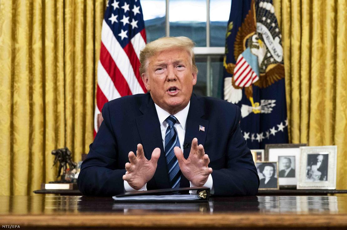 Donald Trump amerikai elnök élő televíziós üzenetet intéz a nemzethez a tüdőgyulladást okozó új koronavírus járványával kapcsolatban hozott kormányzati intézkedésekről a washingtoni Fehér Ház Ovális irodájából 2020. március 11-én