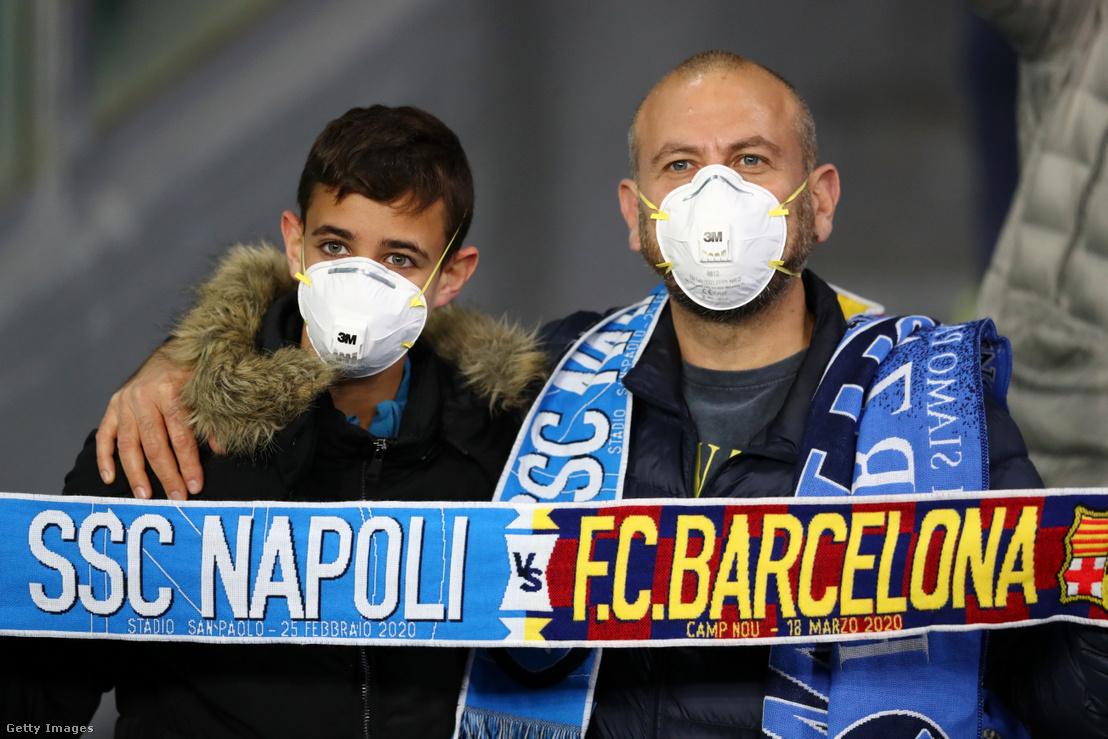Maszkos szurkolók a Napoli - Barcelona mérkőzésen Nápolyban 2020. február 25-én