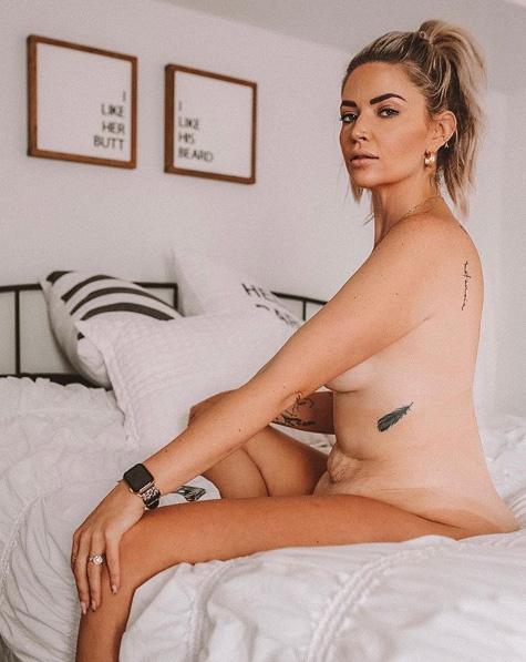 Nem csupán fehérneműben vagy fürdőruhában, de sokszor teljesen meztelenül mutatja meg magát követőinek. Azt szeretné tudatosítani az emberekben, hogy a nők teste nem olyan, mint sok retusált fotón, de ugyanolyan gyönyörű.