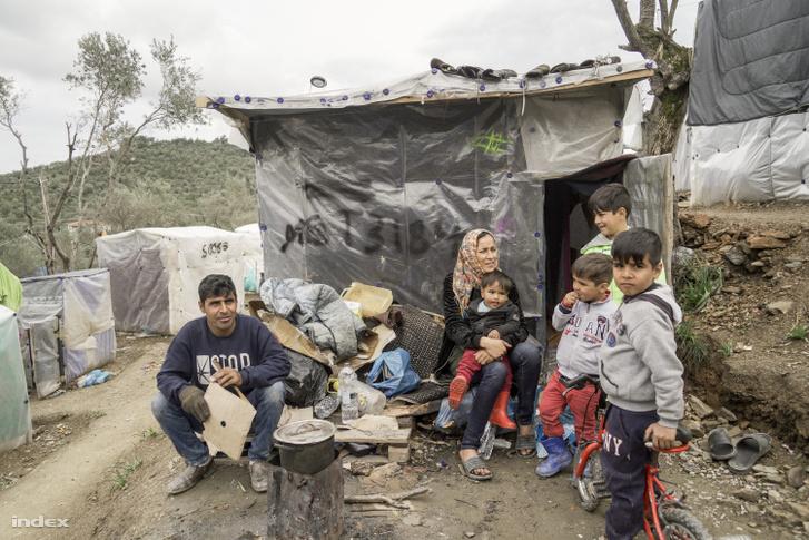 Nejlonnal borított kalyiba, ahol a menekültek laknak Leszboszon