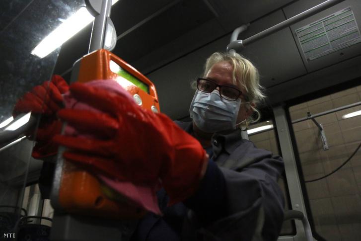 Fertőtlenítőszerrel tisztít egy autóbuszt a Miskolci Közlekedési Vállalat munkatársa a koronavírus terjedésének megelőzése érdekében Miskolcon 2020. március 10-én.