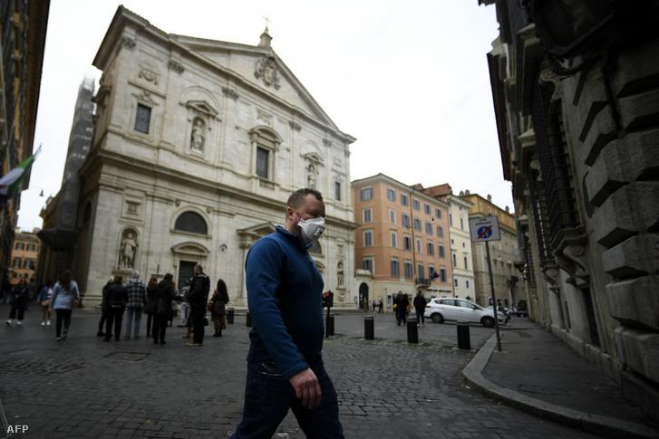Egy maszkos férfi a római San Luigi di Francesi templom előtt
