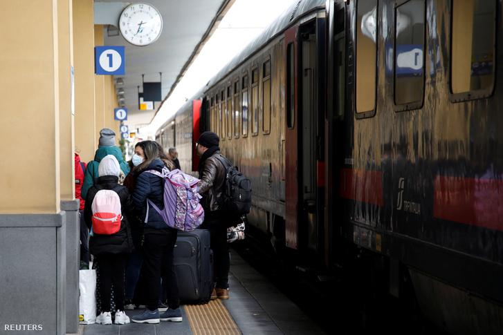 Maszkot viselő utasok szállnak fel a vonatra, ami Milánóból érkezett 2020. március 8-án, ekkor már no-go zónának minősítette az olasz kormány Cataniát