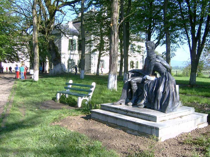 Teleki-kastély, a nászút helyszíne - parkjában a Szeptember végén című szoborral.