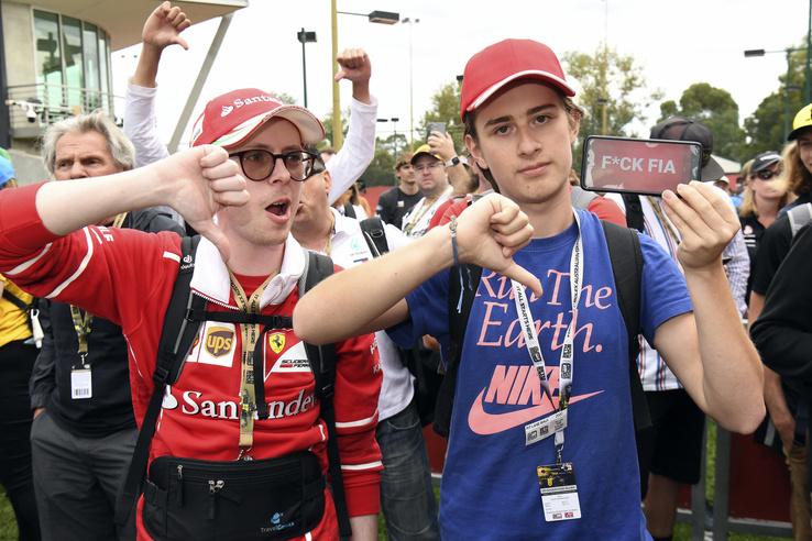 Elégedetlen szurkolók az Ausztrál Nagydíj bejáratánál várakozva. A fő ellenség a semmit nem kommunikáló FIA lett.