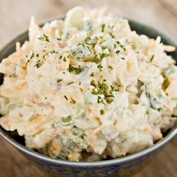 Szaftos, zöldfűszeres krumplisaláta: isteni tavaszi változat