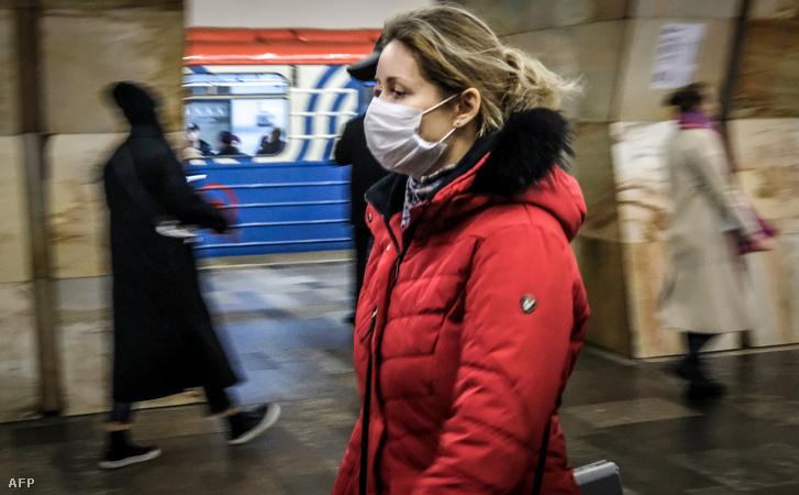 Maszkos nő a moszkvai metróban