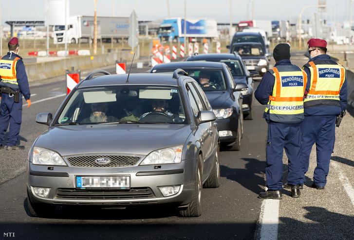 A tüdőgyulladást okozó új koronavírus-járvány terjedésének megfékezése érdekében a rendőrség ellenőrzi a Magyarországra beutazókat Hegyeshalomnál, a határátkelőnél 2020. március 12-én