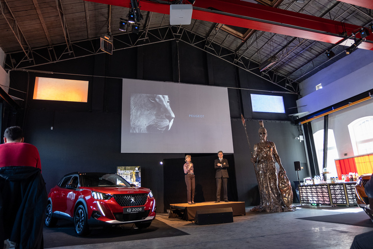 Balról jobbra: a Peugeot-importőr marketingigazgatója, Bálint Zsófia és sajtósa, Mocsai Zoltán, továbbá az igazságos háborúk istennője, Pallas Athéné
