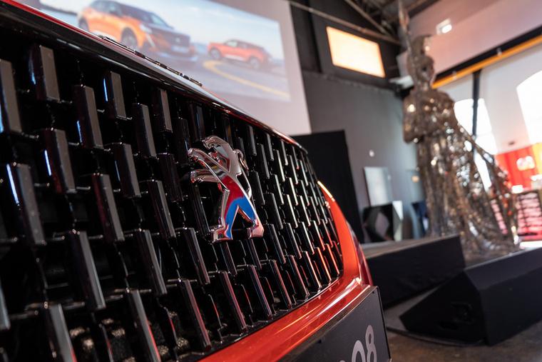 A 2008 egy kisautó platformos SUV - már ha egy 2,6 méteres tengelytávú autó nevezhető kicsinek