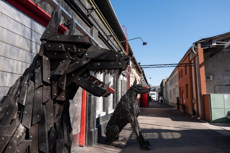 Ez egy utcányi rész a Csepel Művek területén, ahol Szőke Gábor Miklós, nemzetközi porondon Gabor M Szoke néven ismert művész csarnokai vannak