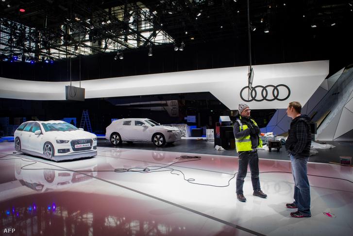 Munkások a lefújt genfi autóshow helyszínén 2020. február 28-án