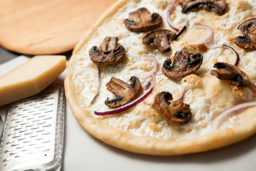 Kóstoltál már fehér pizzát? A tésztára besamel vagy carbonara szósz is kerülhet