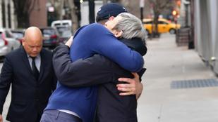 Ilyen nagyon megölelte Hugh Jackman az anyukáját, amikor indulni kellett