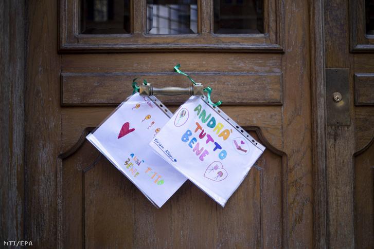 Minden rendben lesz jelentésû feliratok két gyerekrajzon egy zárva tartó római iskola bejáratán