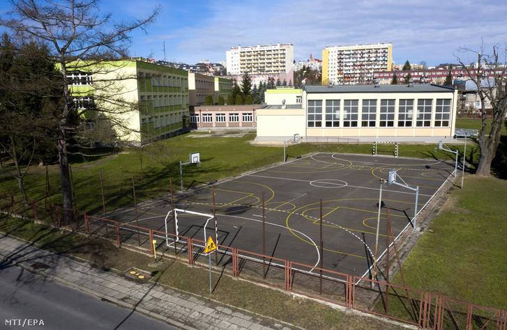 Zárva tartó iskola üres sportpályája a délkelet-lengyelországi Przemyslben