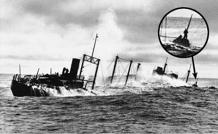 Az SS Jalisco süllyedés közben. Hátul Joe Kirkwood kapaszkodik az egyik oszlopba