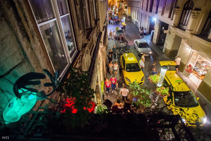 Taxisok a Kazinczy utcában