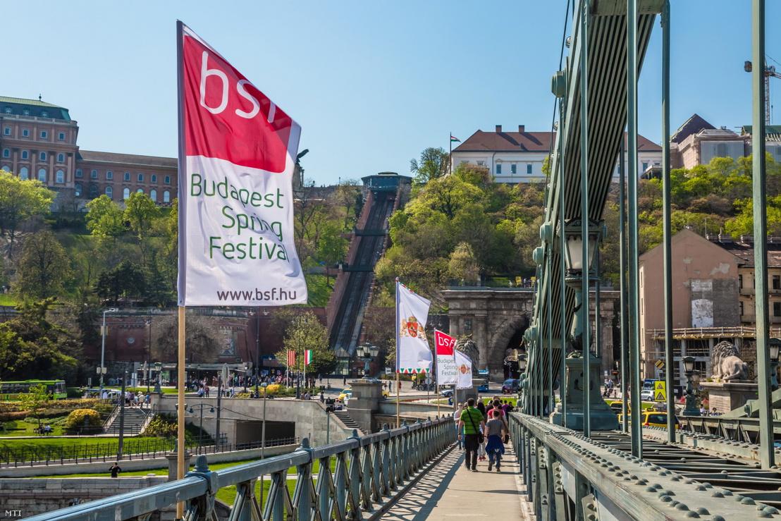 A 2019-es Budapesti Tavaszi Fesztivál kulturális programsorozatot népszerűsítő zászlók