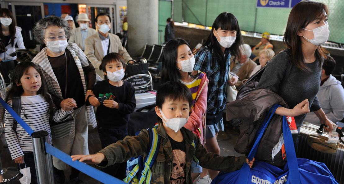 Ázsiai család a Los Angeles-i reptéren 2009-ben