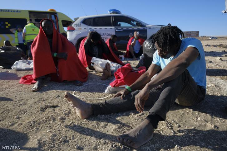 Afrikai menekültek a Kanári-szigetek Gran Canaria szigetén, El Burrero tengerpartján 2020. január 17-én
