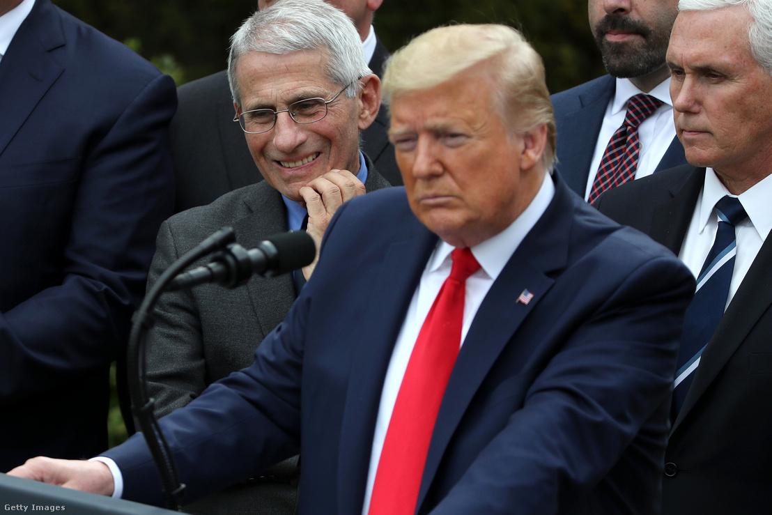 Anthony Fauci (b) és Donald Trump washingtoni sajtótájékoztatója 2020. március 13-án, amikor az amerikai elnök a folyamatban lévő globális koronavírus-járványra reagálva bejelentette, hogy országos vészhelyzetet hirdet ki.
