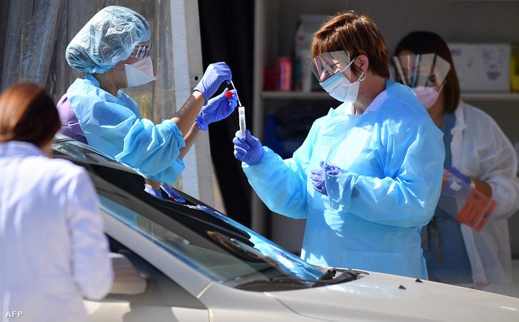 Egészségügyi dolgozók végeznek koronavírus-tesztelést egy San Franciscóban felállított tesztelő állomáson 2020. március 12-én.