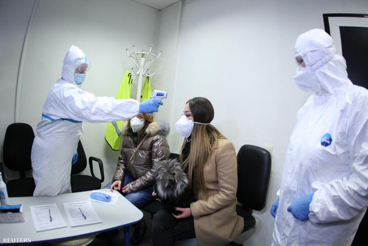 Infravörös lázmérővel gyakorolnak a szófiai repülőtér alkalmazottjai, február 25-én