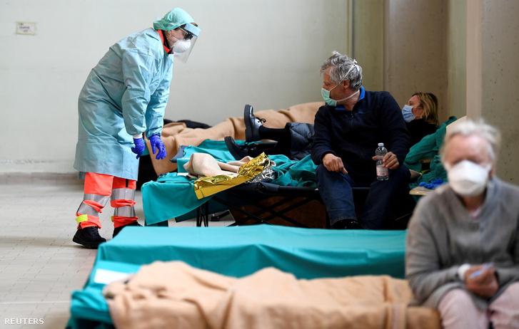 Ideigelenes kórtermekben fekszenek fertőzöttek a Spedali Civili kórházban, Brescia városában, március 13-án