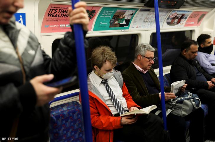 Védőmaszkot viseló férfi a londoni metróban